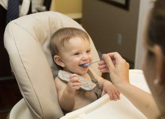 מי ישב על כיסא אוכל לתינוק?